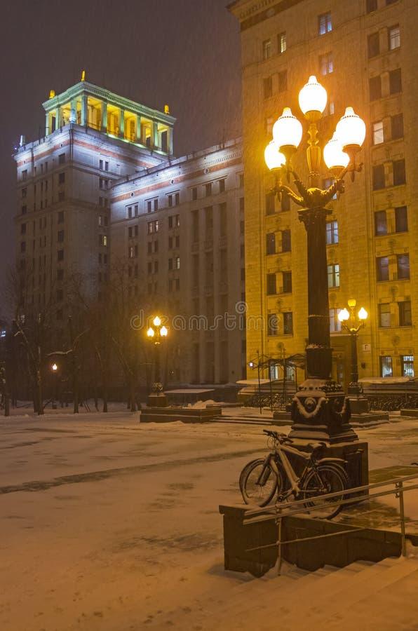 倾斜反对路灯柱的积雪的自行车 免版税库存图片
