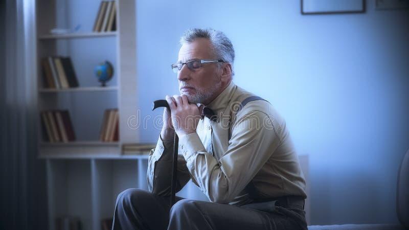 倾斜在拐棍的孤独的老人,作梦,记住青年时期,乡情 库存图片