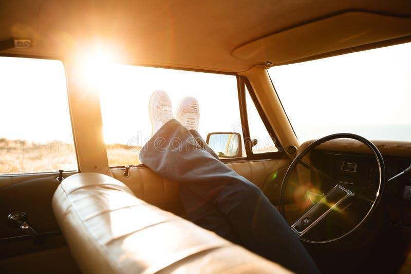 倾斜在车窗外面的女性腿 免版税库存照片