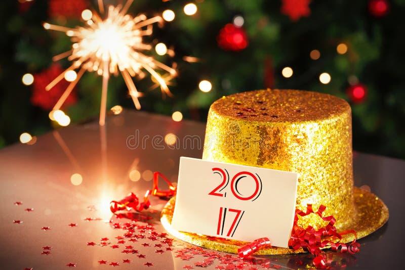 倾斜在金党帽子的新年好卡片 库存照片