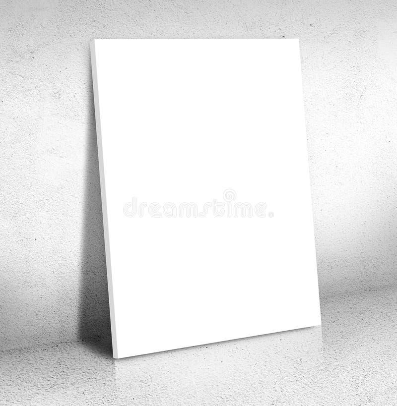倾斜在水泥室的空白的白色帆布海报,嘲笑  库存照片