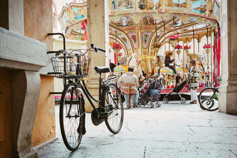 倾斜对墙壁的黑自行车 图库摄影