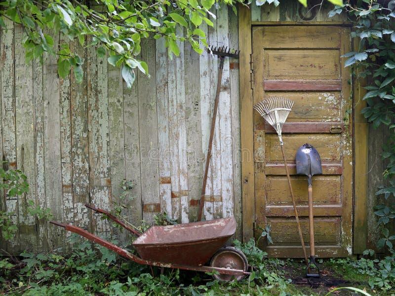 倾斜对房子墙壁的园艺工具  免版税图库摄影