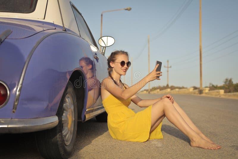 倾斜对汽车的妇女 免版税库存图片