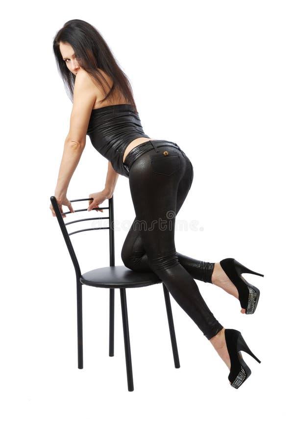 倾斜性感的妇女的椅子 库存照片