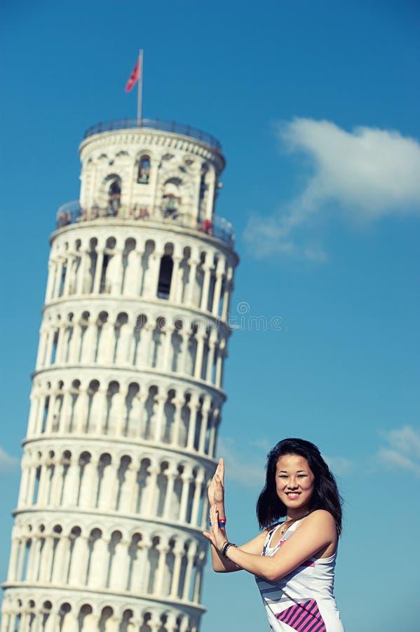 倾斜比萨塔的中国女孩 免版税图库摄影