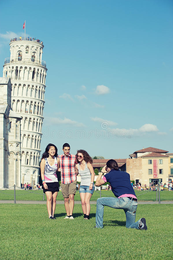 倾斜照片比萨的朋友采取塔丝毫 库存照片