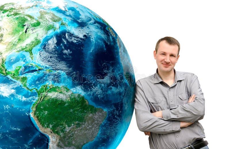 倾斜的人在白色背景的巨大的地球行星 elem 免版税库存照片