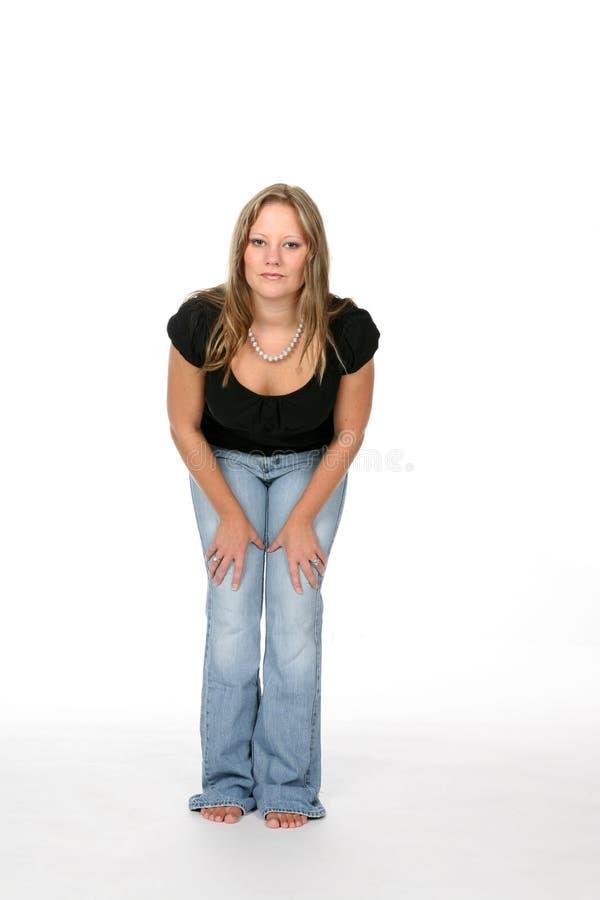 倾斜的俏丽的妇女年轻人 免版税库存照片