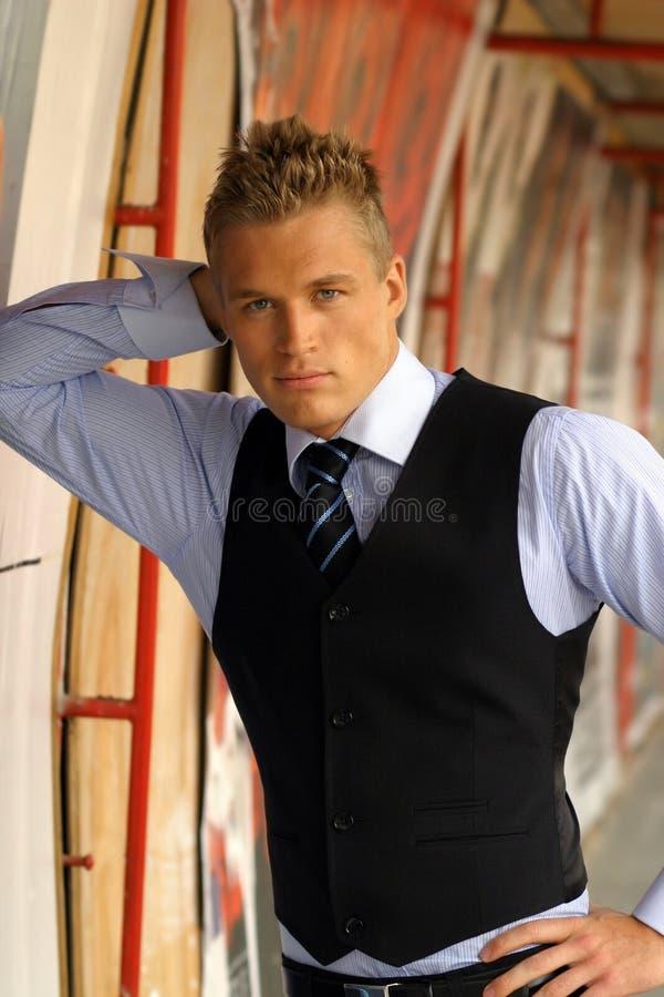 倾斜的男性模型墙壁年轻人 库存照片