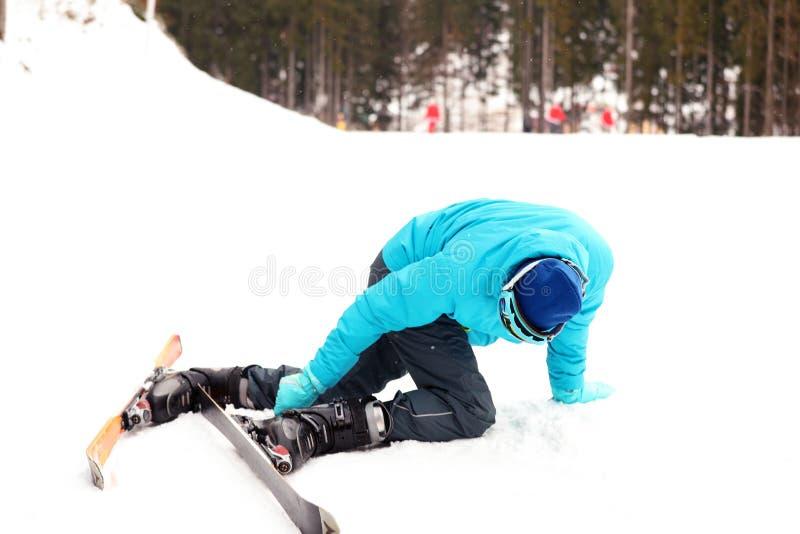 倾斜的笨拙的滑雪者在手段 库存图片
