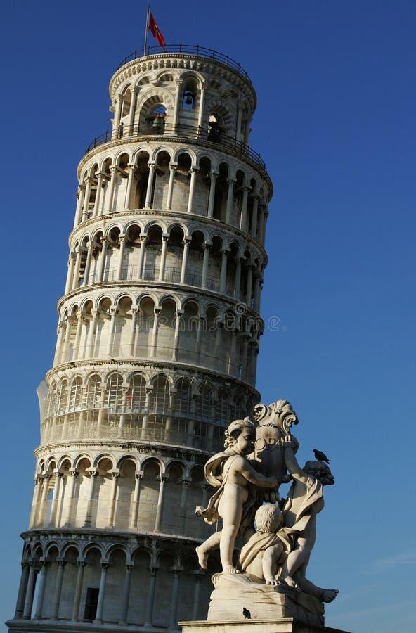 倾斜的雕象塔 免版税库存照片