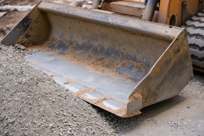 倾斜石渣的推土机的刀片 免版税库存照片