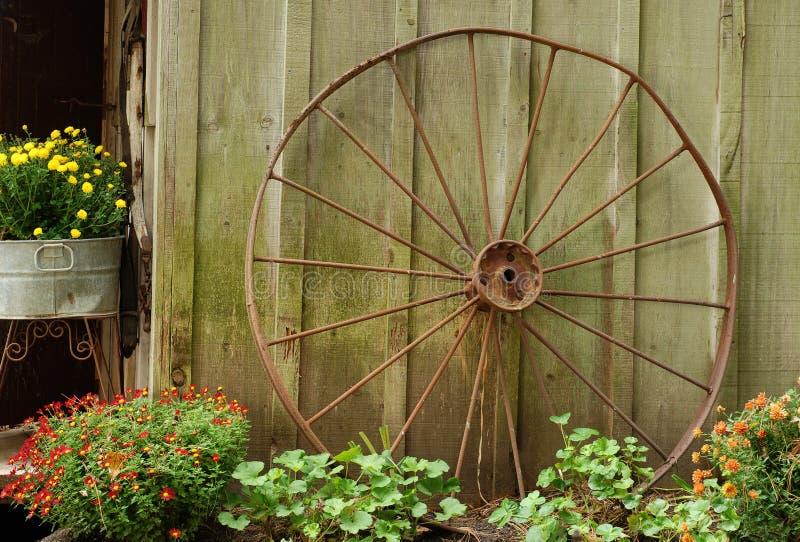 倾斜老马车车轮的谷仓 库存照片
