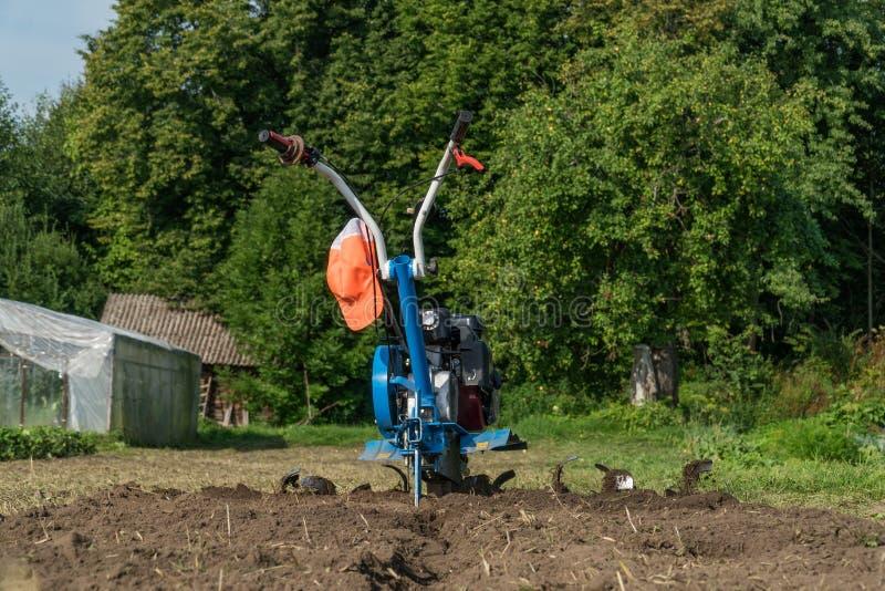 倾销土地在有耕地机的庭院 免版税库存图片