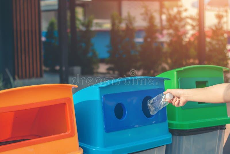 倾销垃圾入回收的蓝色坦克 库存图片