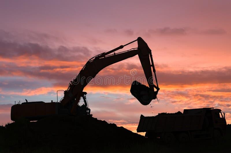 倾销者挖掘机卡车 库存图片