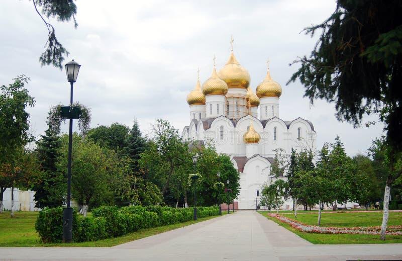 假定大教堂在夏天, Yaroslavl,俄国 免版税库存图片