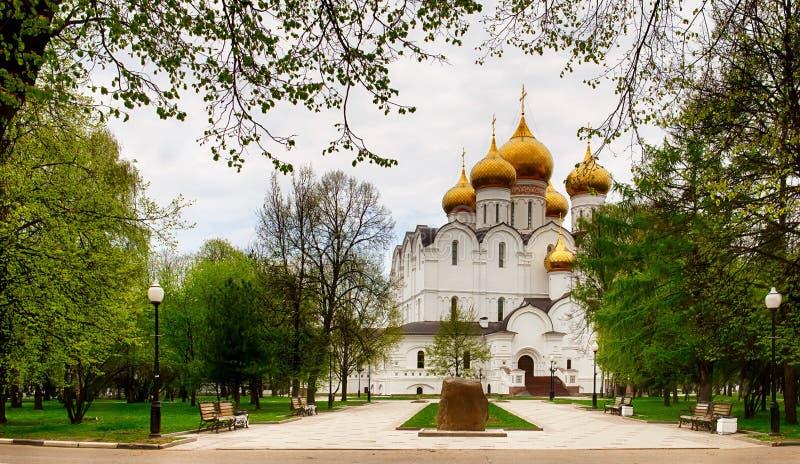假定教会或Dormition大教堂在夏天,雅罗斯拉夫尔市 免版税库存图片