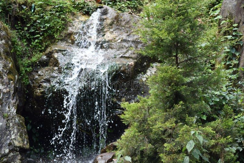 假山花园令人敬畏的瀑布 免版税图库摄影