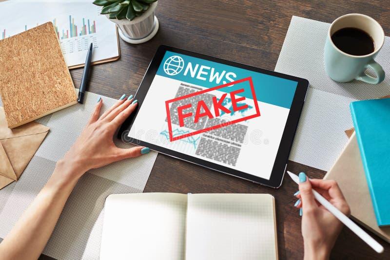 假新闻操作媒介电视假情报报纸企业互联网技术概念 免版税库存照片