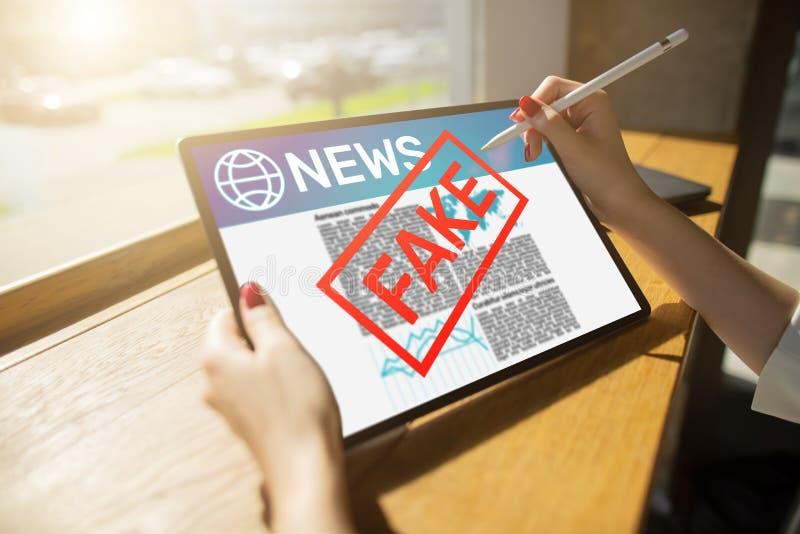 假新闻操作媒介电视假情报报纸企业互联网技术概念 库存图片