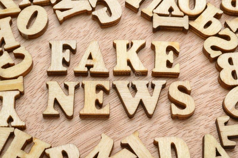 假新闻词 骗局或假情报概念 库存照片