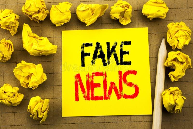 假新闻 在葡萄酒背景的稠粘的便条纸写的骗局新闻事业的企业概念 在Th的被折叠的黄色纸 免版税库存照片