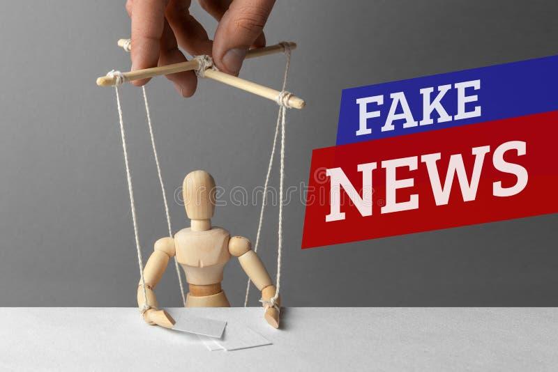 假新闻 通讯员,玩偶控制操纵傀儡的人 欺骗人的错误信息 库存图片