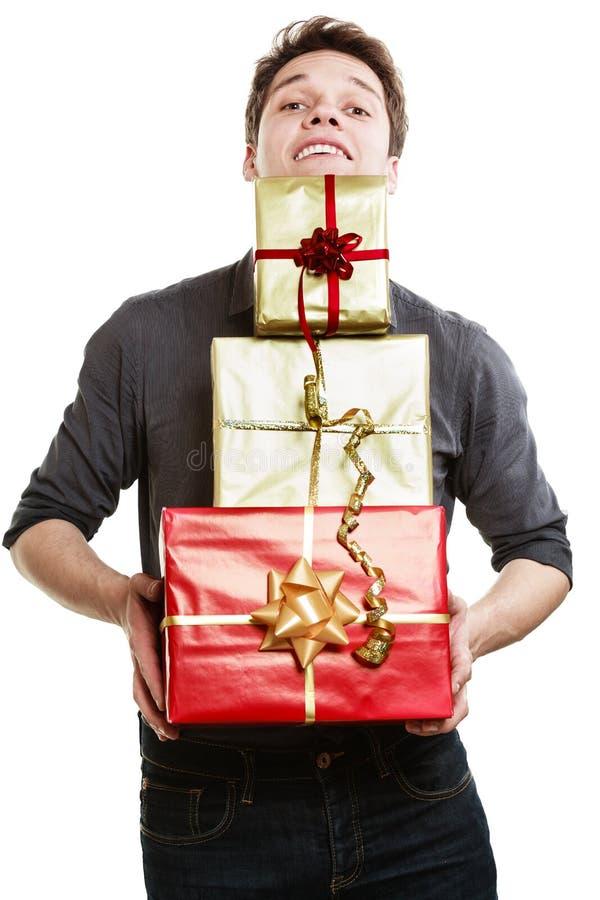 假日。给礼物礼物盒的年轻人 库存图片