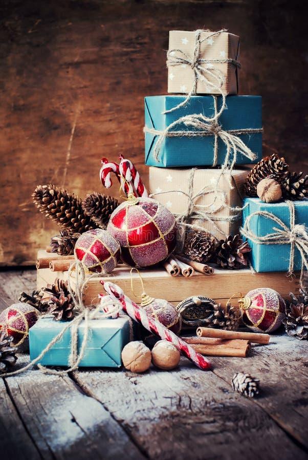 假日与箱子,麻线,球,杉树玩具的圣诞节礼物 免版税库存图片