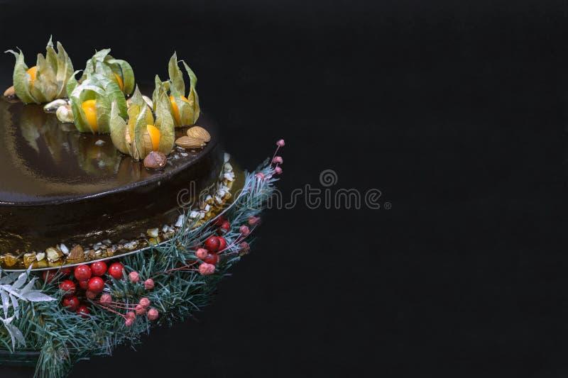 假日与装饰的巧克力沫丝淋蛋糕 免版税库存照片