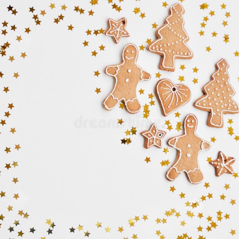 假日发光的背景 传统自创姜饼曲奇饼加糖结霜被塑造象一个滑稽的矮小的人,星,心脏, 免版税库存图片