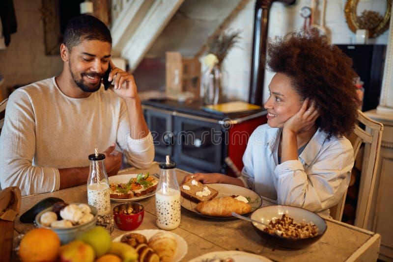 假日和庆祝概念-有愉快的夫妇圣诞晚餐在家 免版税库存照片