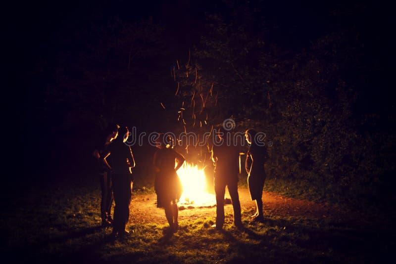 假日在篝火附近的夏夜 免版税库存图片