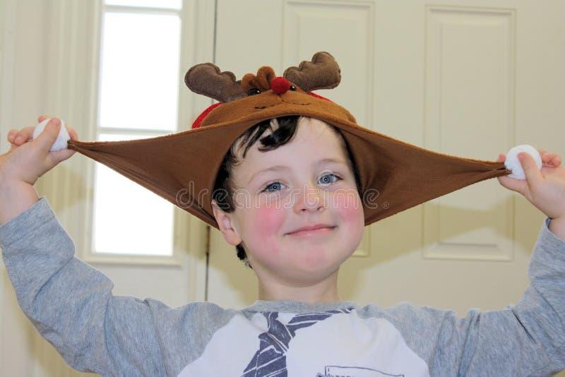 戴假日帽子的愉快的小男孩 库存图片