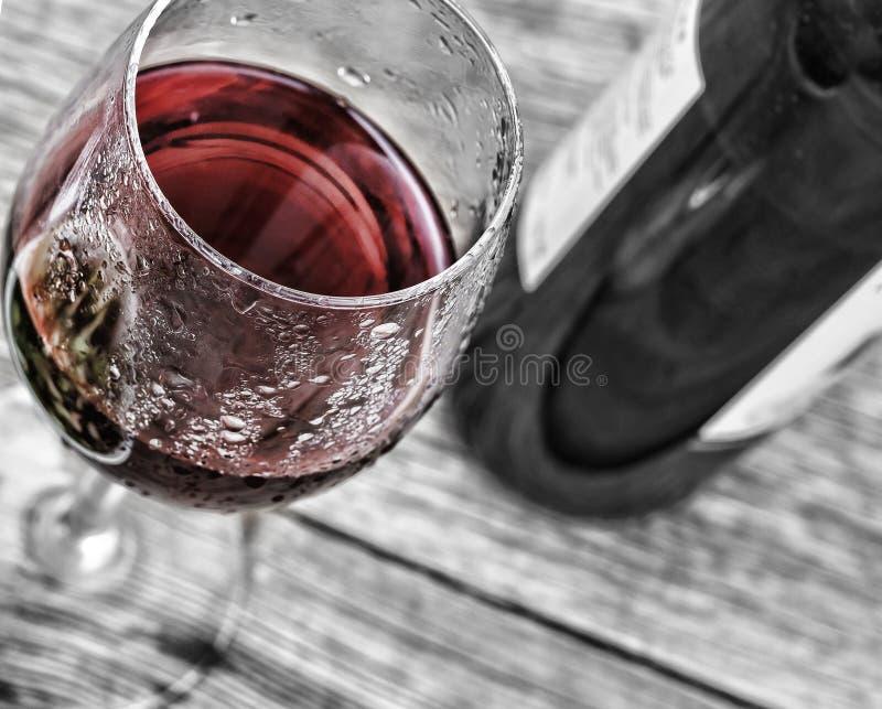 假日年轻酒 红葡萄酒用在背景的沙拉 概念:它` s博若莱红葡萄酒Nouveau时间 库存图片