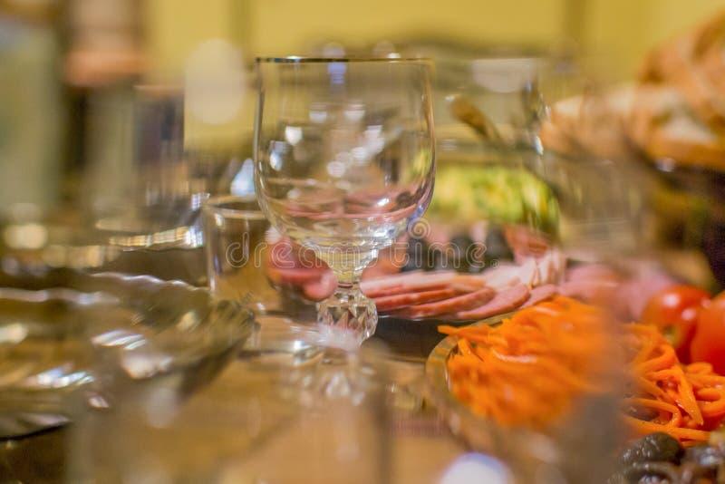 假日桌通过玻璃 免版税库存图片