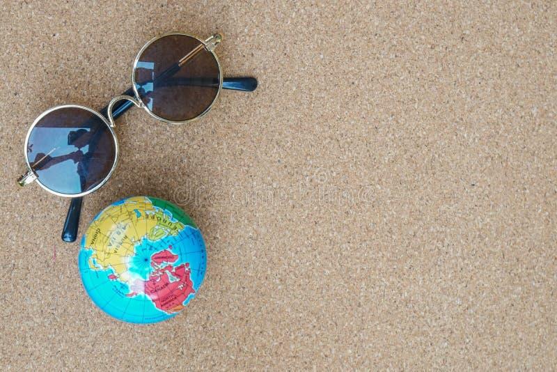 假日概念圆的葡萄酒太阳镜和地球探索和旅行的 免版税库存照片