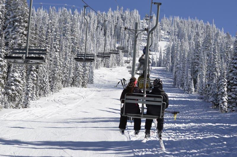 假日滑雪者乘坐椅子天堂在白色通行证滑雪地区,华盛顿州 免版税库存照片