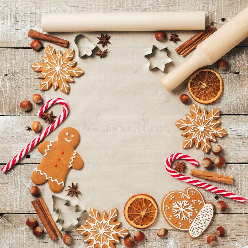 假日烘烤的姜饼曲奇饼的食物背景 圣诞节食谱的葡萄酒纸板料 文本空间,顶视图 图库摄影