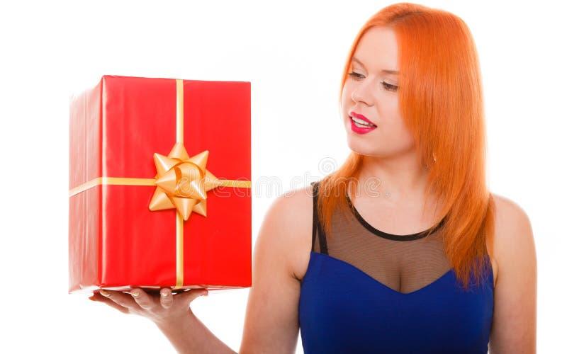 假日爱幸福概念-有礼物盒的女孩 免版税库存照片
