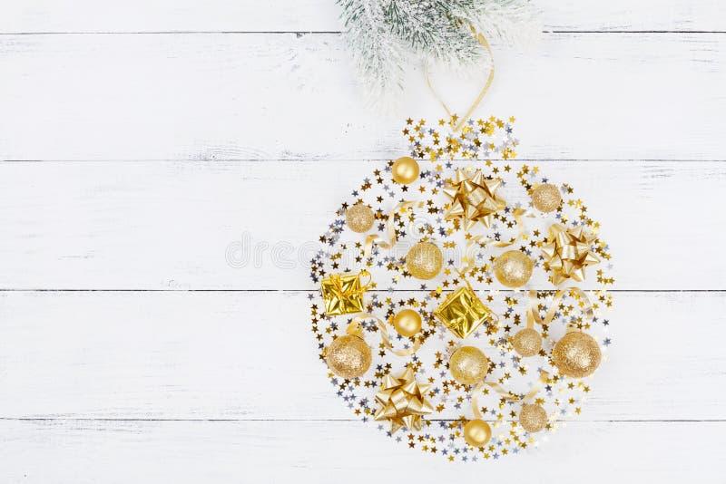 假日球创造性的圣诞节背景有装饰和五彩纸屑顶视图 平的位置 图库摄影