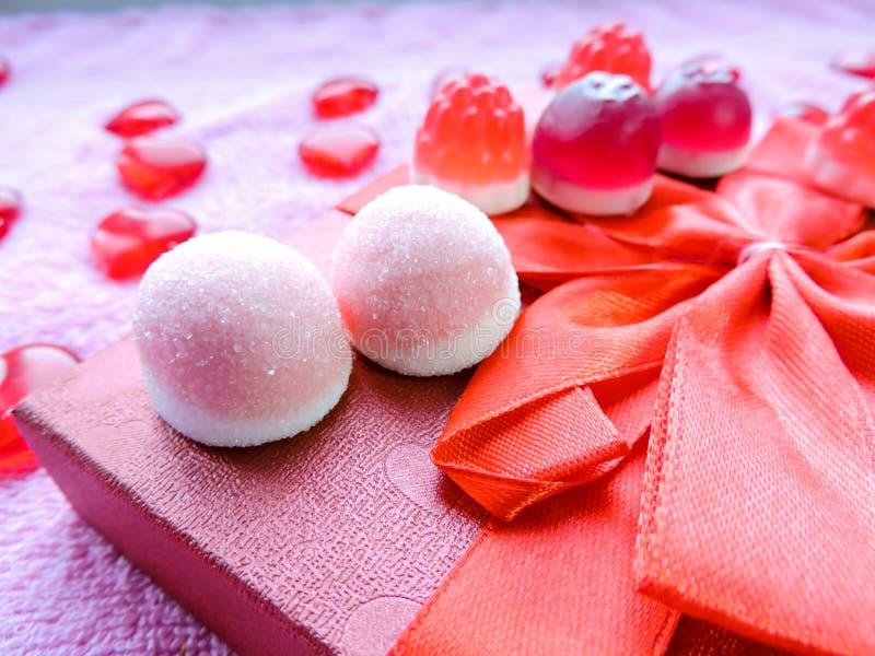 假日甜点、花、礼物、时刻的爱和幸福的恋人的仓促销售 图库摄影