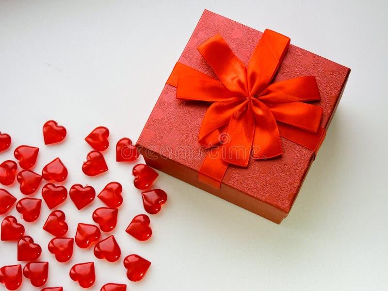 假日甜点、花、礼物、时刻的爱和幸福的恋人的仓促销售 免版税库存图片