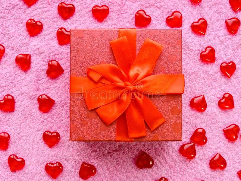 假日甜点、花、礼物、时刻的爱和幸福的恋人的仓促销售 免版税库存照片