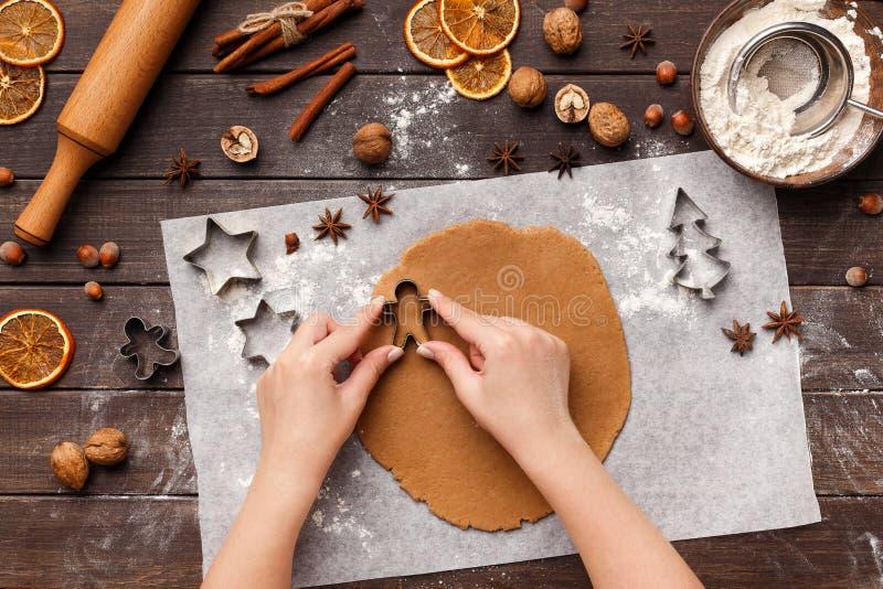 假日甜点食物 烹调姜饼曲奇饼的妇女 免版税图库摄影