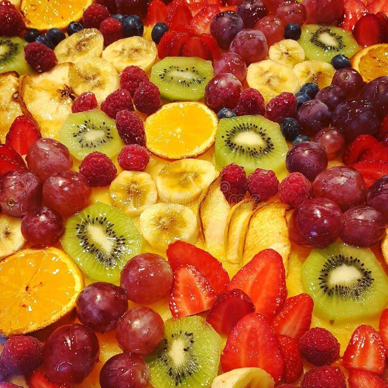 假日蛋糕用果子和莓果,特写镜头食物背景 免版税库存照片