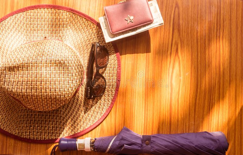 假日装箱单背景 与海滩辅助部件的放松的假期概念 事在享用的一个假日需要包装 免版税库存照片