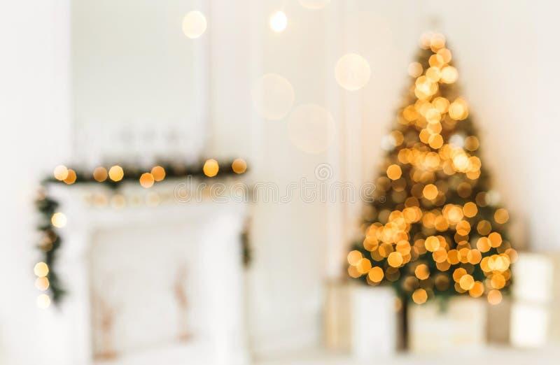 假日装饰了有圣诞树的室和装饰,与弄脏的背景,发火花,发光的光 免版税库存照片
